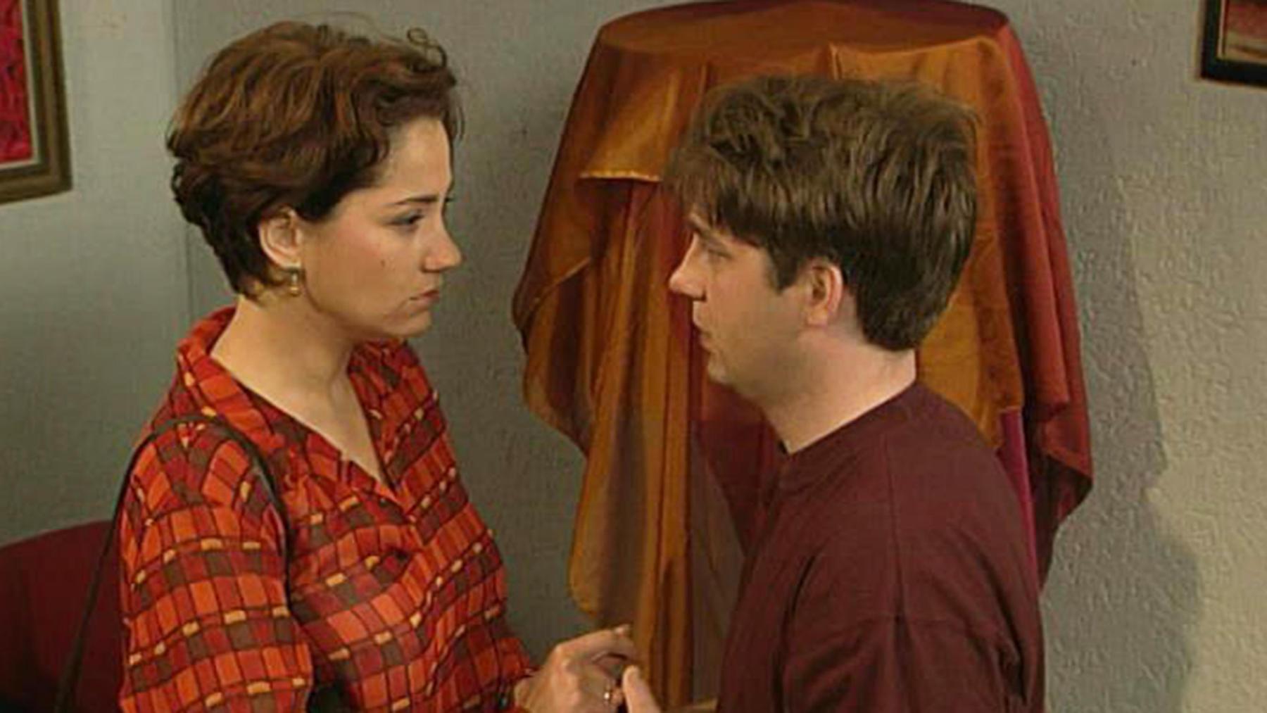 Corinna und Alicia beobachten, wie Chris Rebecca küsst.