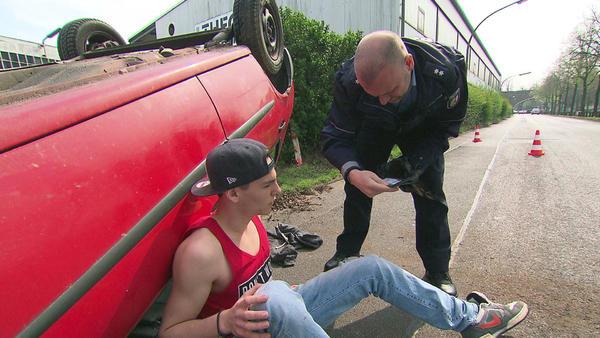 Brüder fahren geklautes Auto zu Schrott   Teenager schlagen 35-Jährigen zusammen