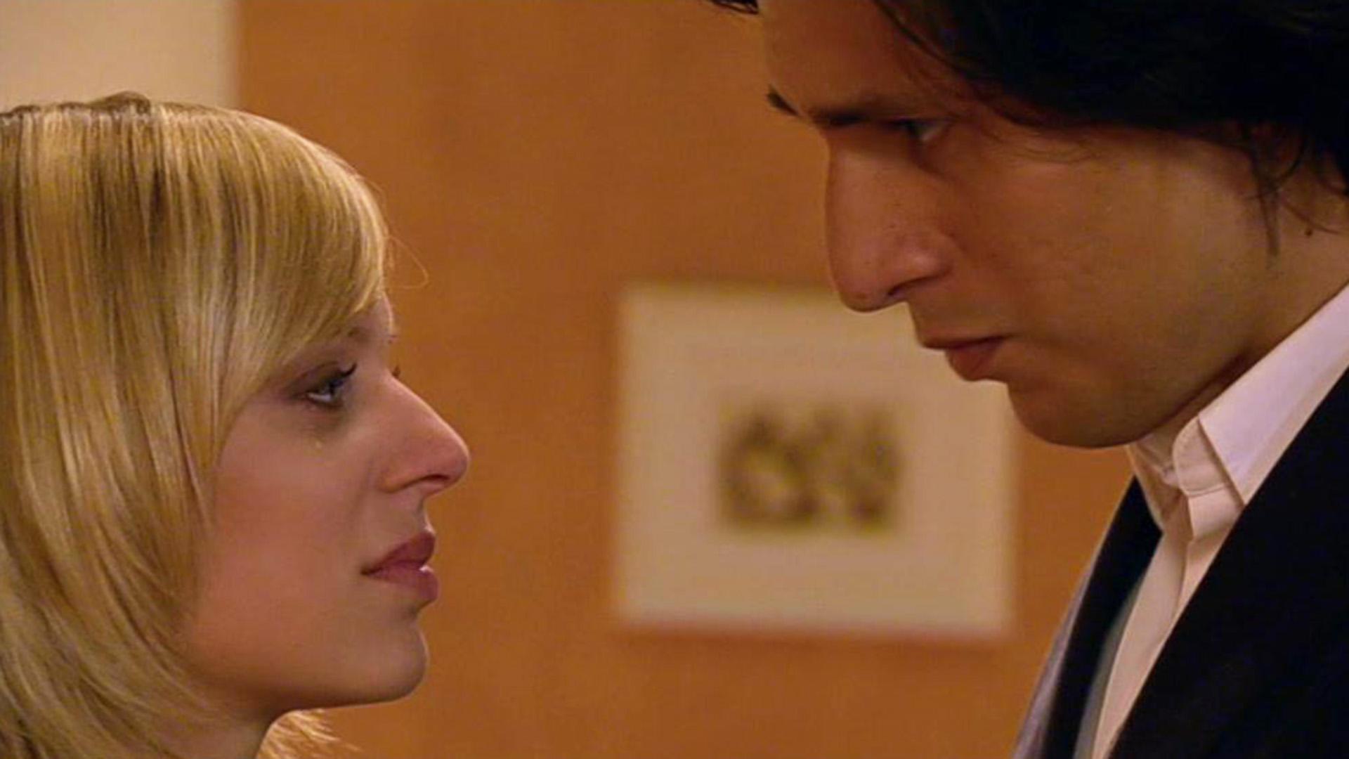 Lena küsst Maximilian.