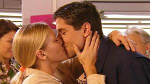 Bernd und Aylin holen das Baby aus der Klinik ab.