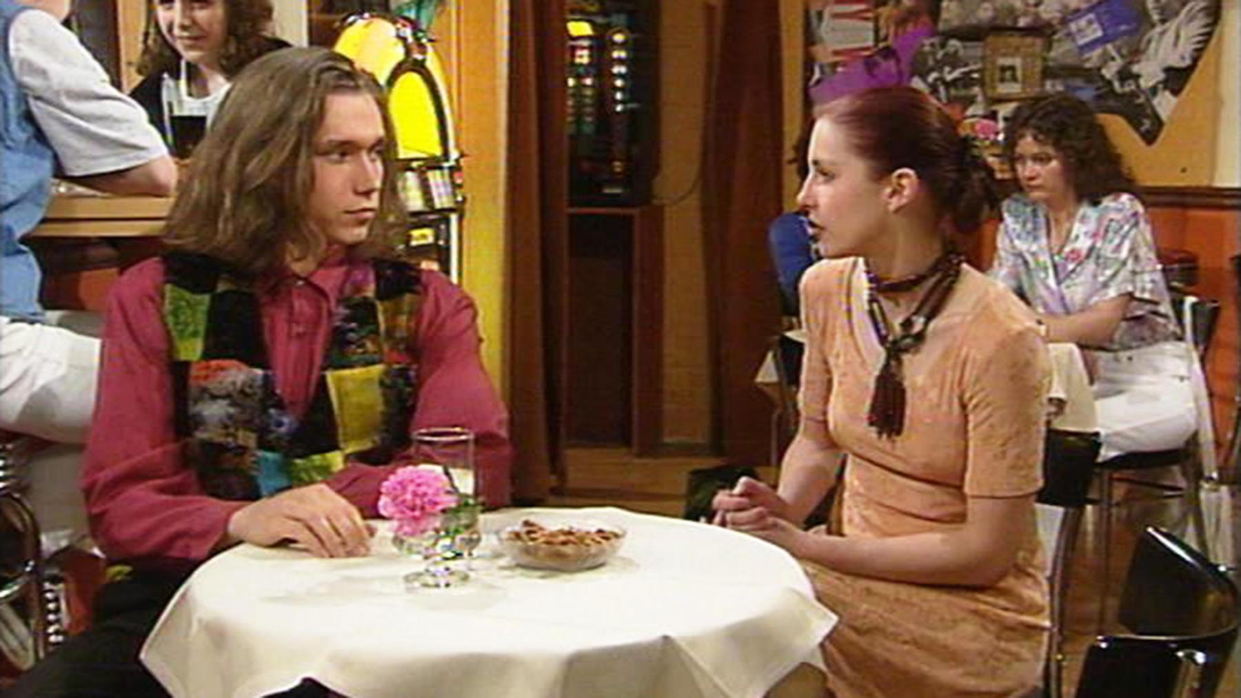 Jenny und Jessi begegnen einer finsteren Gestalt.