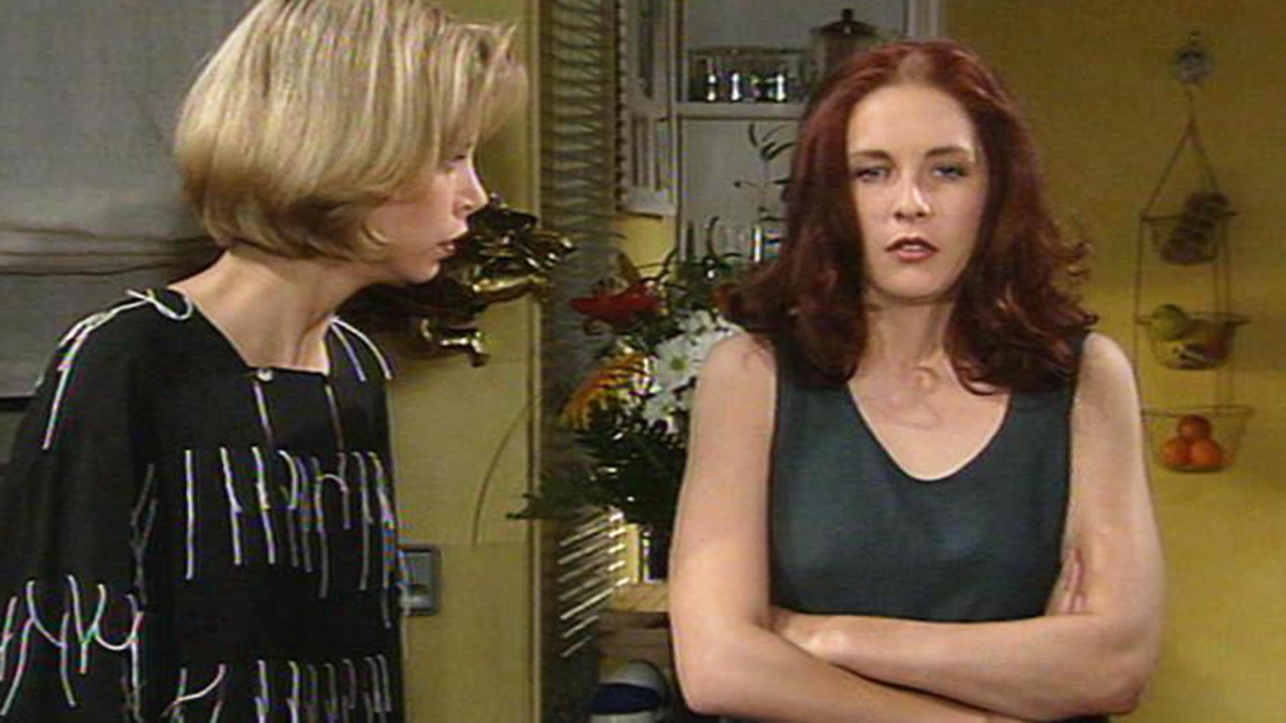 Elinore und Gerner amüsieren sich über Tinas Tagebuch.
