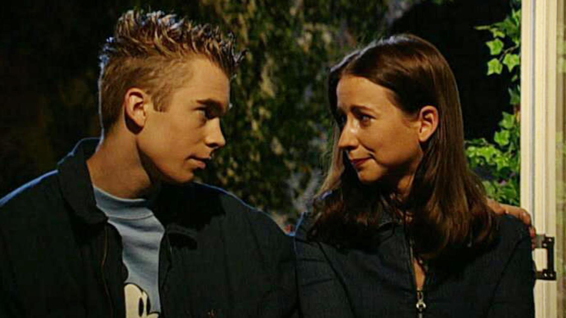 Nick versucht, die völlig verzweifelte Ute zu trösten.