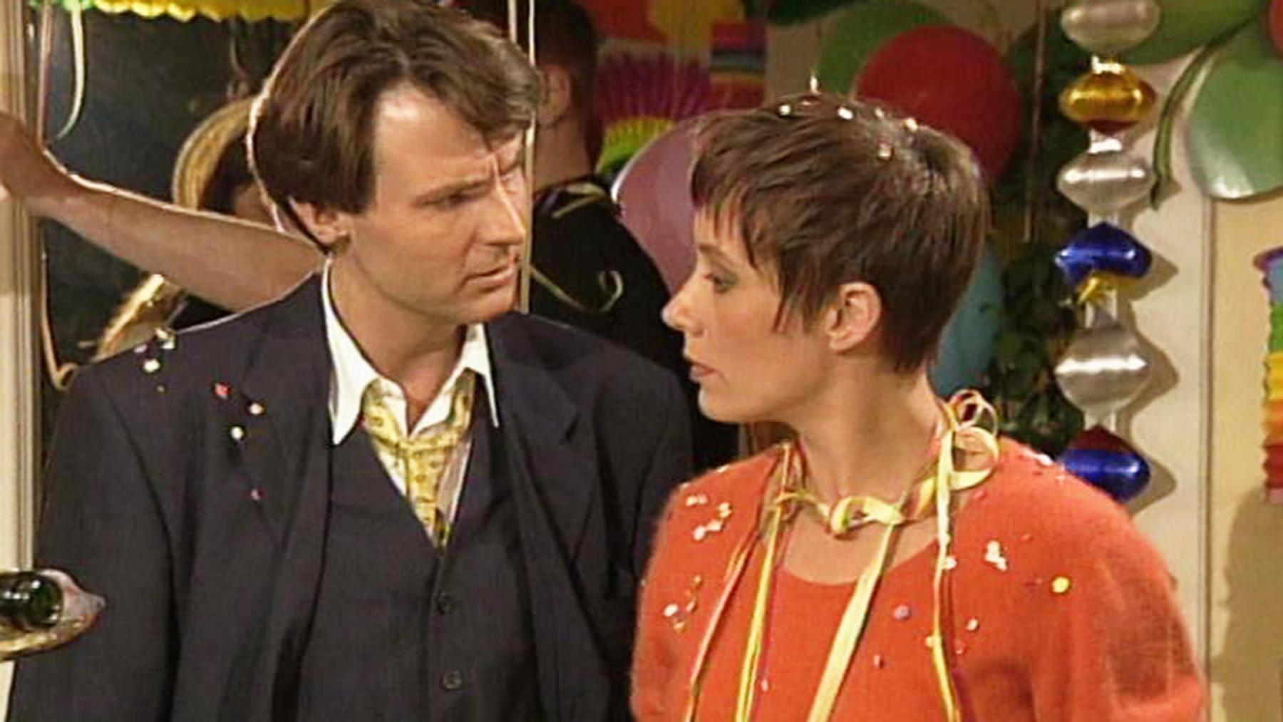 Tom benimmt sich gegenüber Saskia merkwürdig.