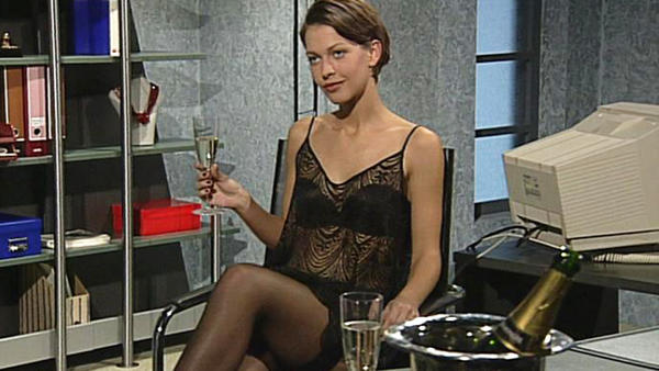 Tina versucht, den Steuerprüfer Claudius hinzuhalten.