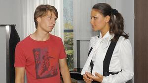 Jasmin bietet Dominik ihre Hilfe an