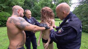 Halbnackter Bodybuilder sorgt für Aufregung / Bewusstloser am Flussufer sorgt für Tumult