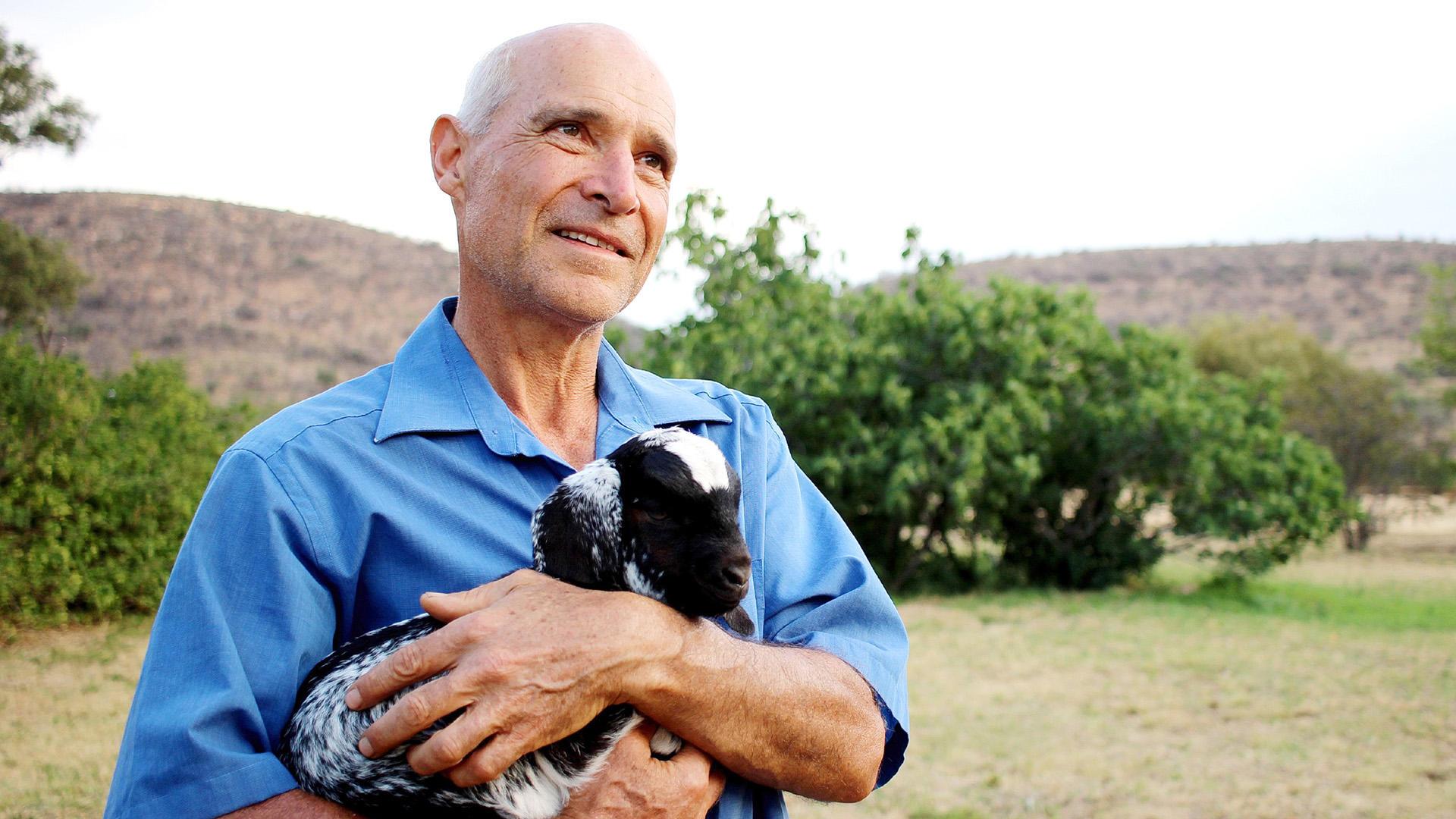Viehzüchter Gerhard begrüßt seine Hofdamen in Südafrika