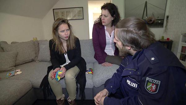 Falsche Jugendamtsmitarbeiterin klaut Baby / Gefesselter flüchtet mit Stuhl