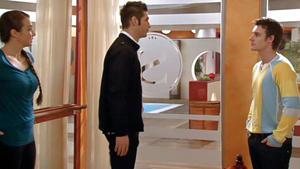 Roman geht einen Schritt auf seinen Bruder Florian zu