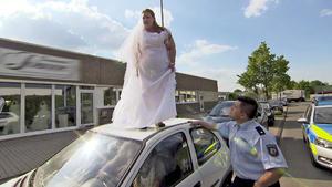 Übergewichtige dreht wegen Mini-Brautkleid durch / Kleinkind in Pkw deckt Raub auf