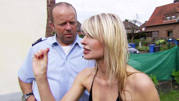 Frau in Bikini wird von Nachbarin angegriffen