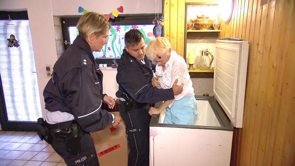 Verletzte Frau in Kühltruhe gesperrt