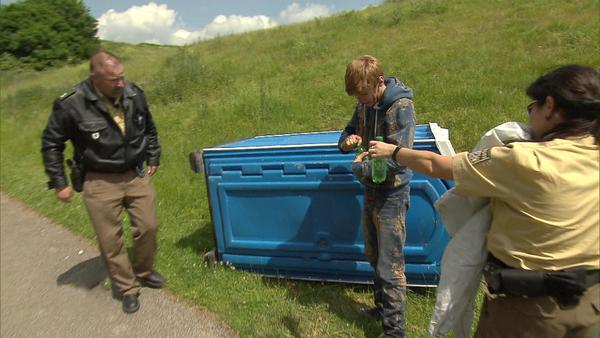 Jugendlicher wird in mobiler Toilette gefangen | Geistig behinderter Junge überfällt Bäckerei