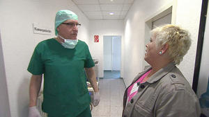 Unsensibler Zahnarzt behandelt Familie von oben herab