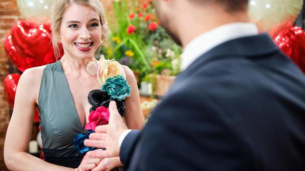 Überglücklich nimmt Jana Pacos Heiratsantrag an