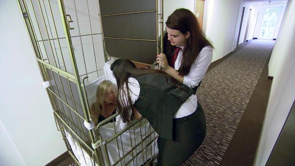 Zimmermädchen findet verletzte Frau im Wäschewagen / Teenager im Pfandautomat