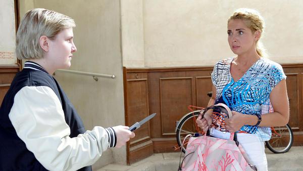 Nina wird von ihrer ehemaligen Zellengenossin überrascht