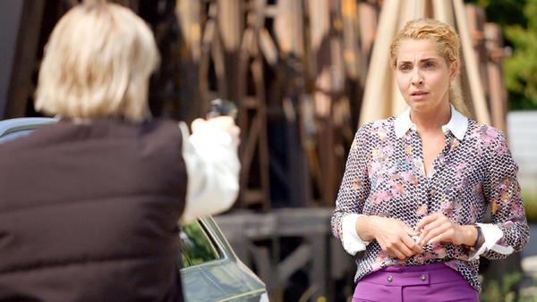 Terri lotst Nina aus der Stadt