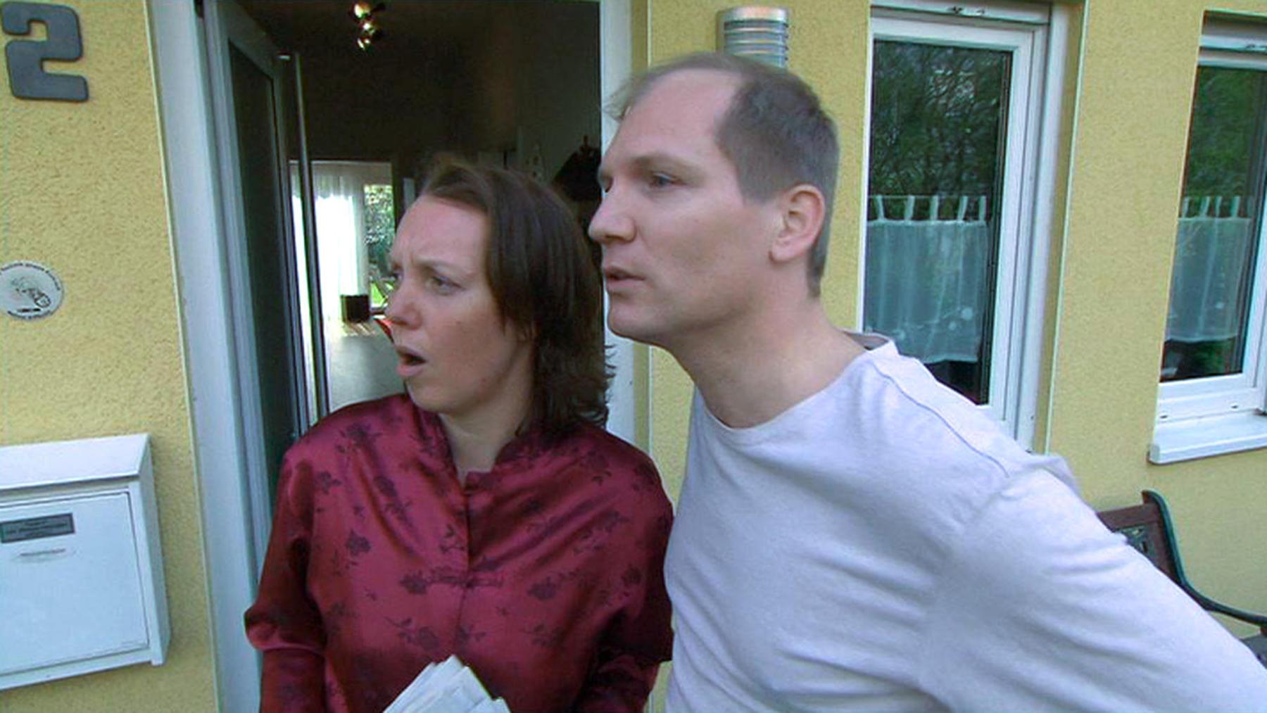 Neue Nachbarn wirken verdächtig hölzern