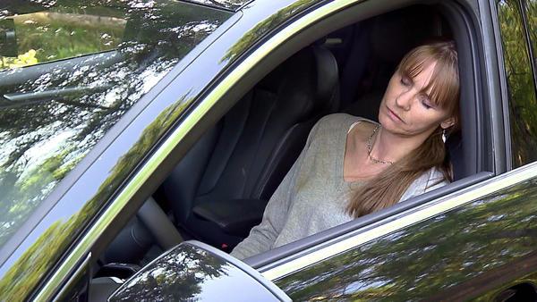 Blutverschmierte Frau im Auto stellt Polizisten vor Rätsel / Entführte Seniorin stellt Polizisten in