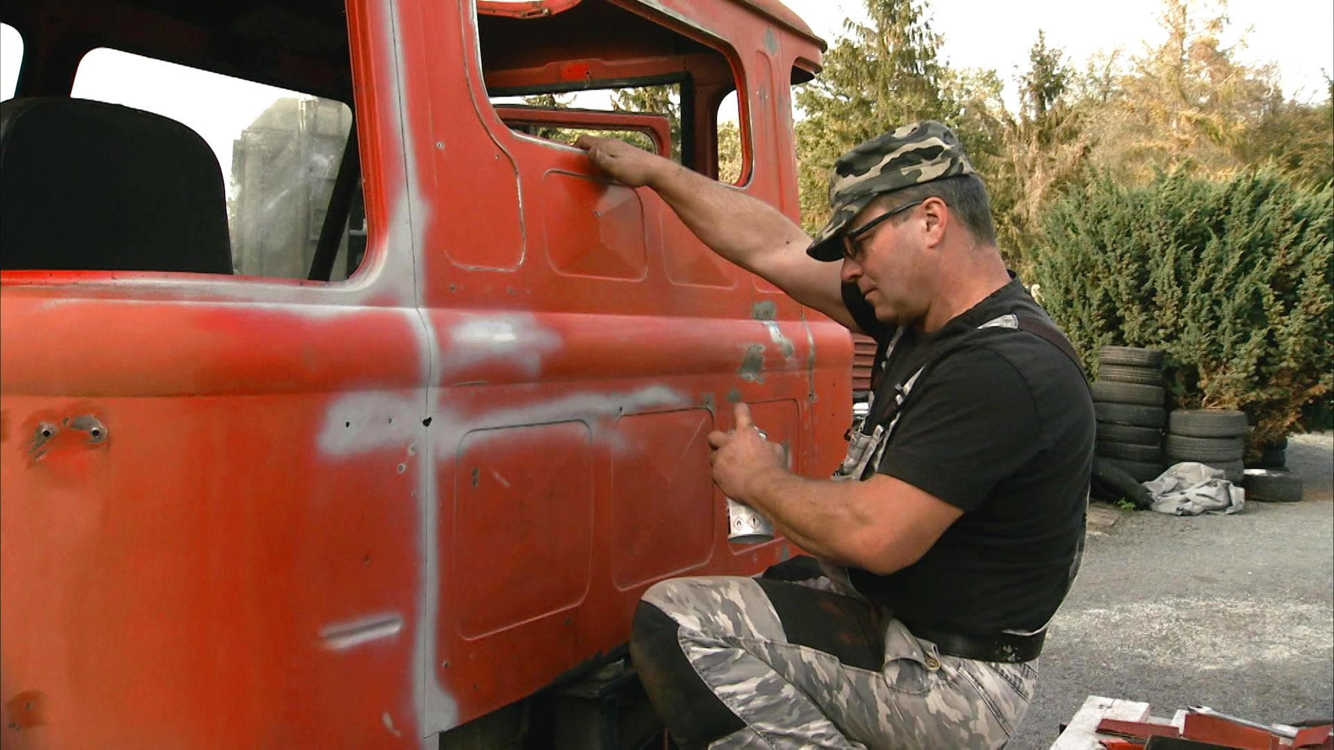Ein Feuerwehrauto wird zum Militäroldtimer