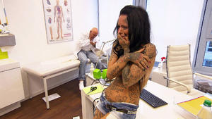Mann will Brustimplantate zurück / Gruseliges Video erschreckt Frau