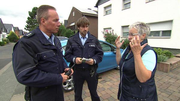 Rentnerin beobachtet Entführung ihrer Nachbarin / Frau wird auf Flugblatt bloßgestellt