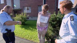Mann wird an Laternenpfahl bloßgestellt / Mutter bezichtigt Nanny der Kindesmisshandlung
