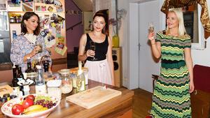 Nazan und Emily freuen sich mit Sunny über deren erfolgreiche Bewerbung