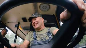 Panzer, Amphibienfahrzeug und ein Bus