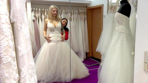 Eine Braut und 30 Kleider