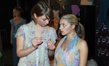 Emily ist nervös vor ihrem wichtigen Modeljob