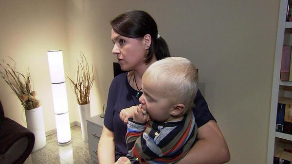 Frau bekommt Baby geschenkt