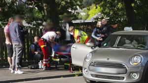 Paula und Dominic eilen zu einem Verkehrsunfall