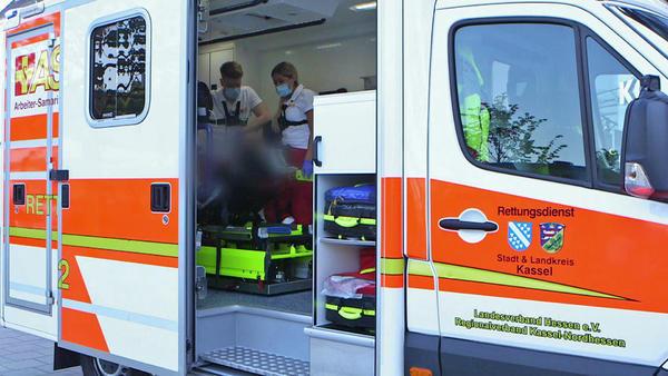 Eine betrunkene Frau bricht im Rettungswagen zusammen