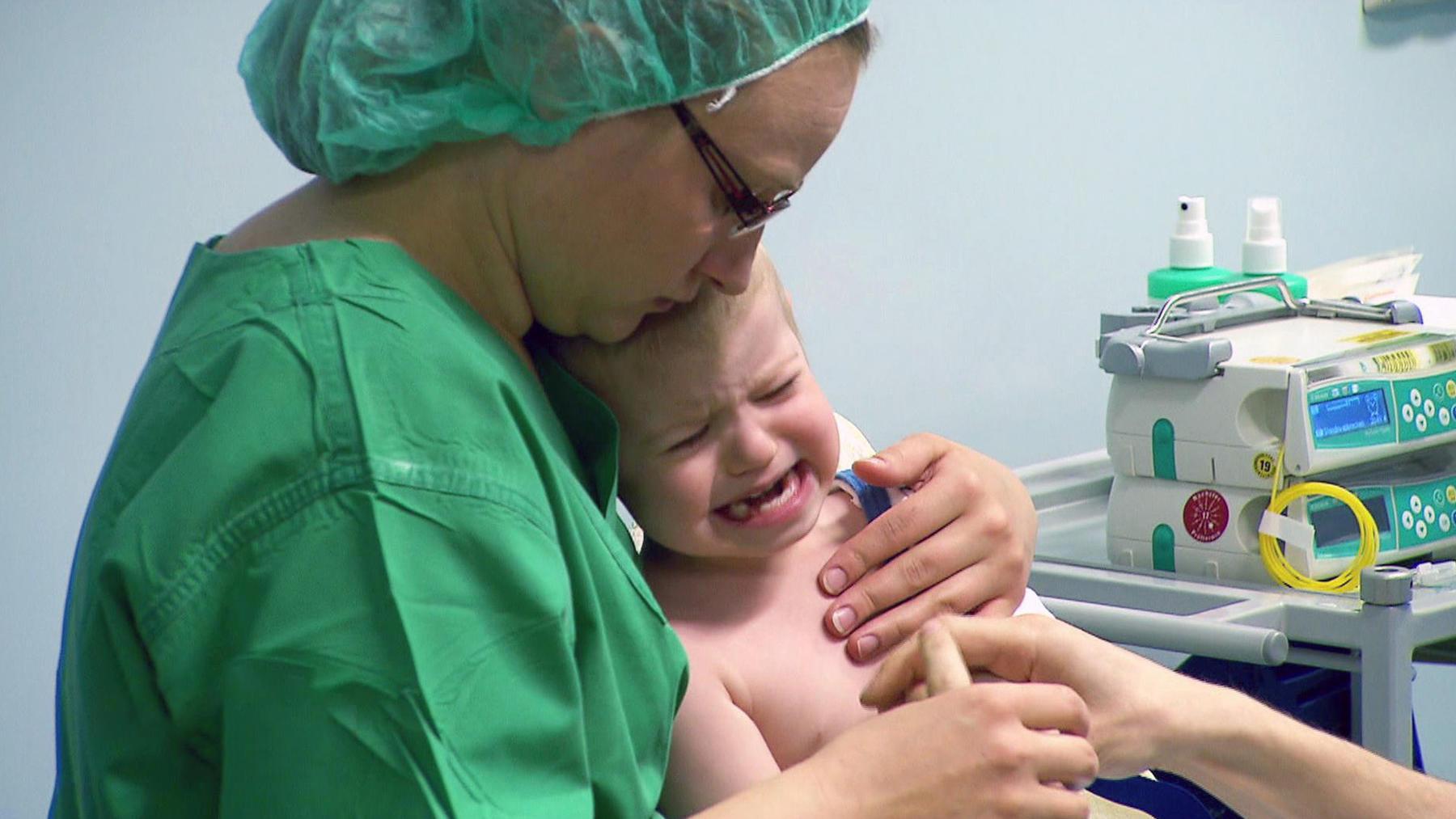 Dr. Bettina Lange untersucht den kleinen Konstantin