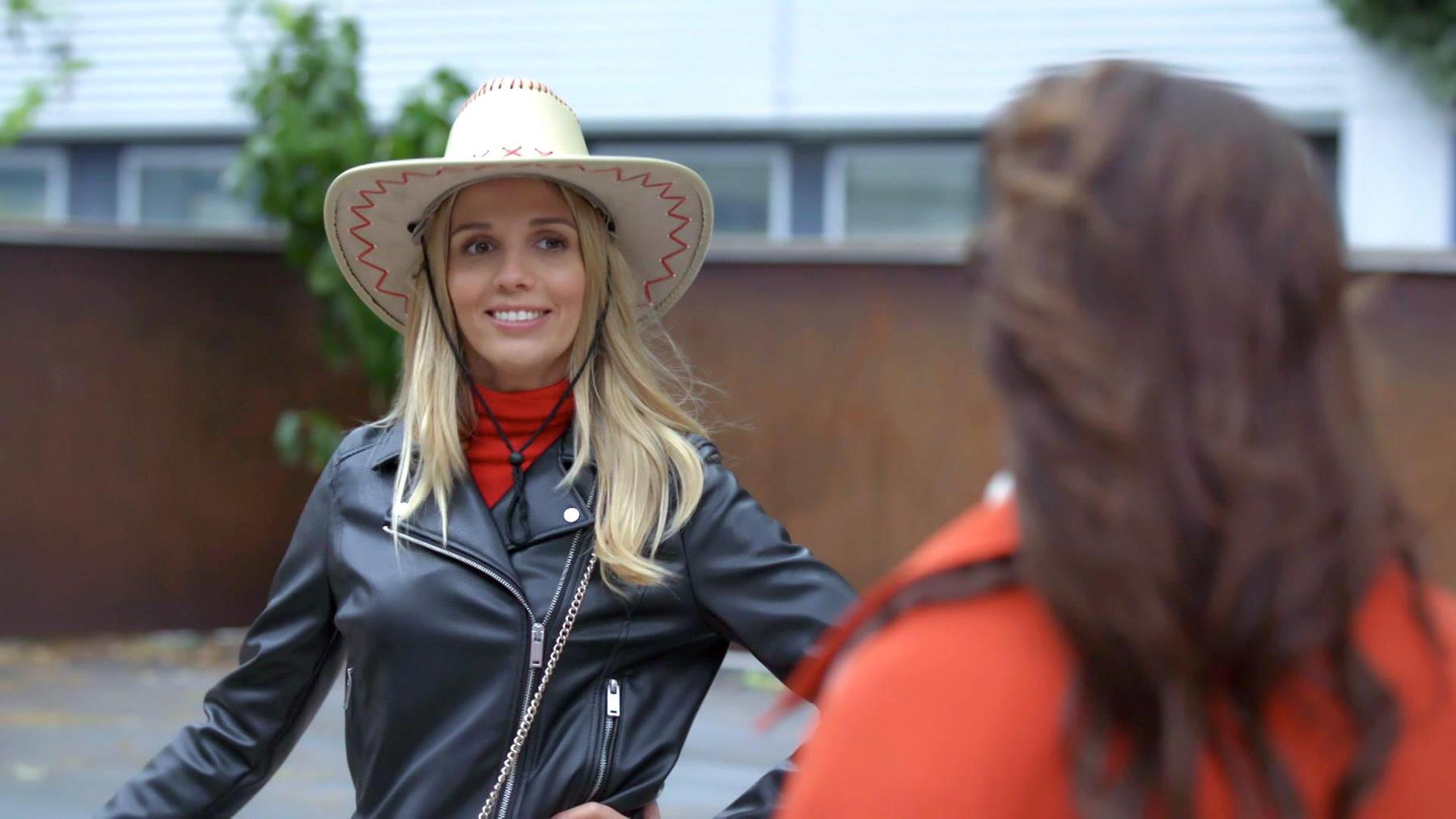 Monika sorgt mit der Eröffnung der Beachbar für Wirbel