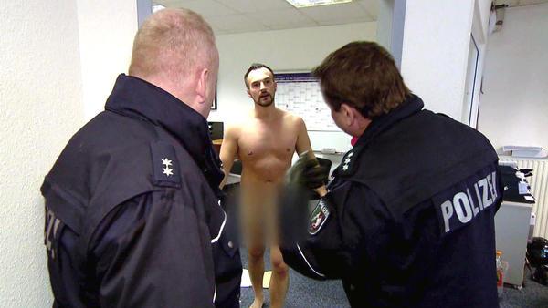 u.a.: Nackter Mann randaliert in Versicherungsagentur