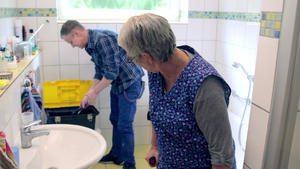 Tod in der Badewanne / Reiche Witwe adoptiert Erbschleicher