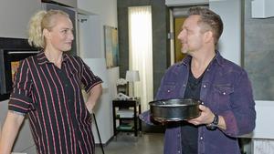 Michi hilft Maren beim Kuchenbacken für Emmas Kita