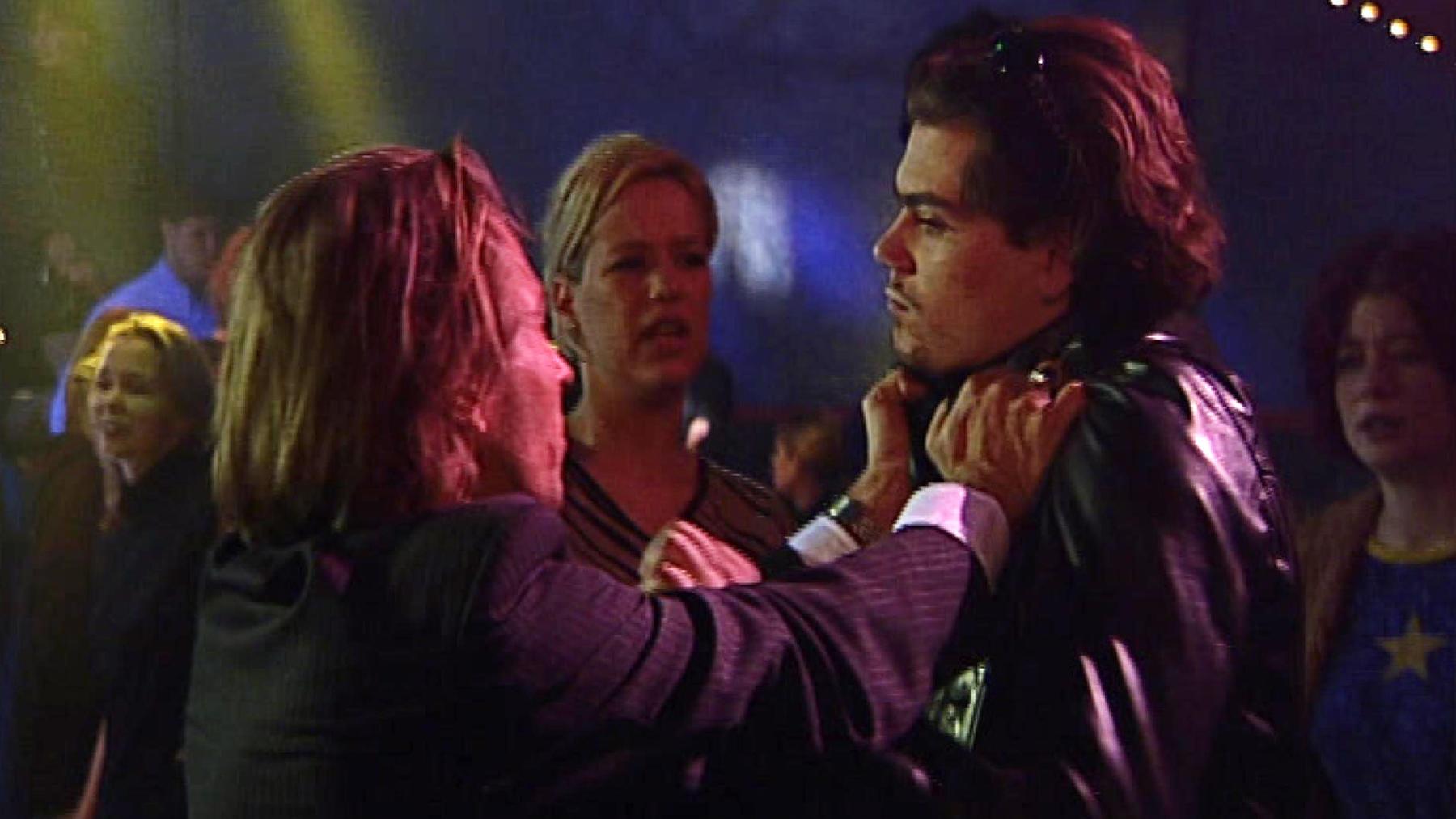 Leon und Oliver geraten in der Disco aneinander