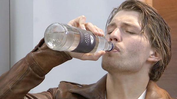 Auch das noch: Dominik sucht Trost im Alkohol!