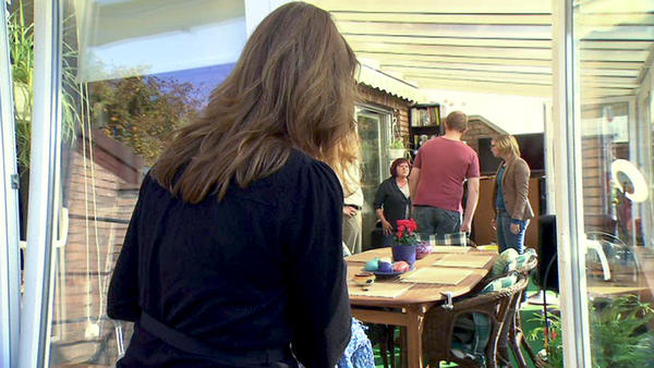 Penetrante Nachbarin macht Hausfrau das Leben schwer