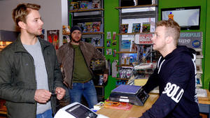 Erik und Jonas rätseln, in welcher Beziehung Bastian zu Toni steht
