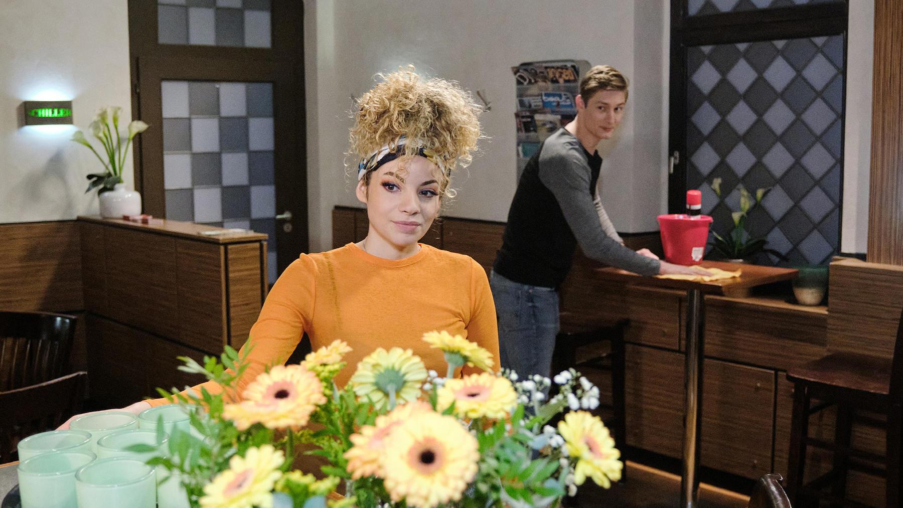 Nika freut sich, als Conor seine Hilfe anbietet