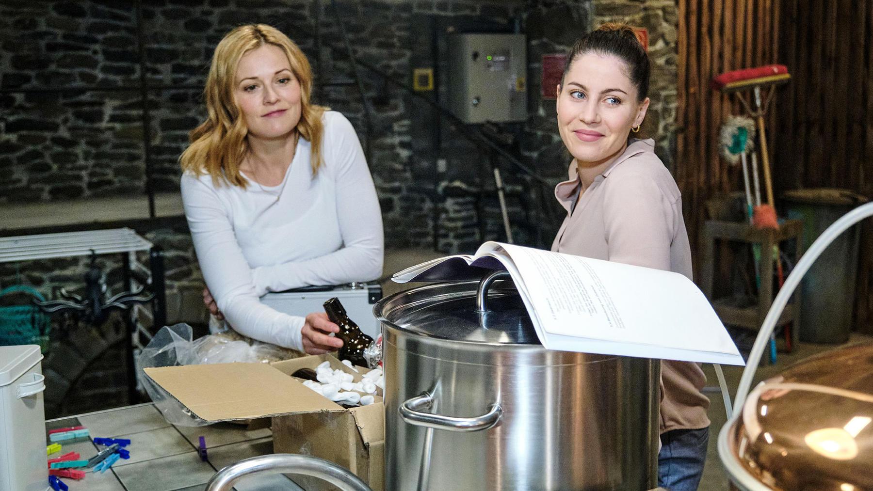 Corinna und Cecilia geben sich Mühe, sich zu vertragen