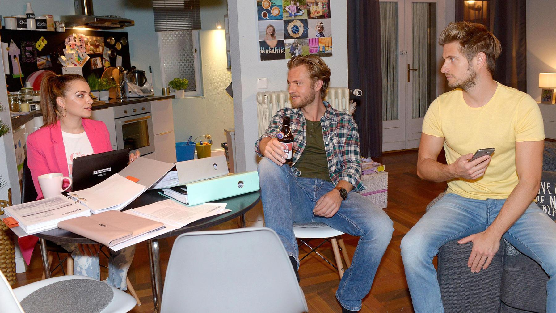 Paul und Philip versuchen Emily von ihrer Arbeit abzulenken