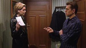 Sonja gibt Frank die Beweise für Gerners Mauschelei