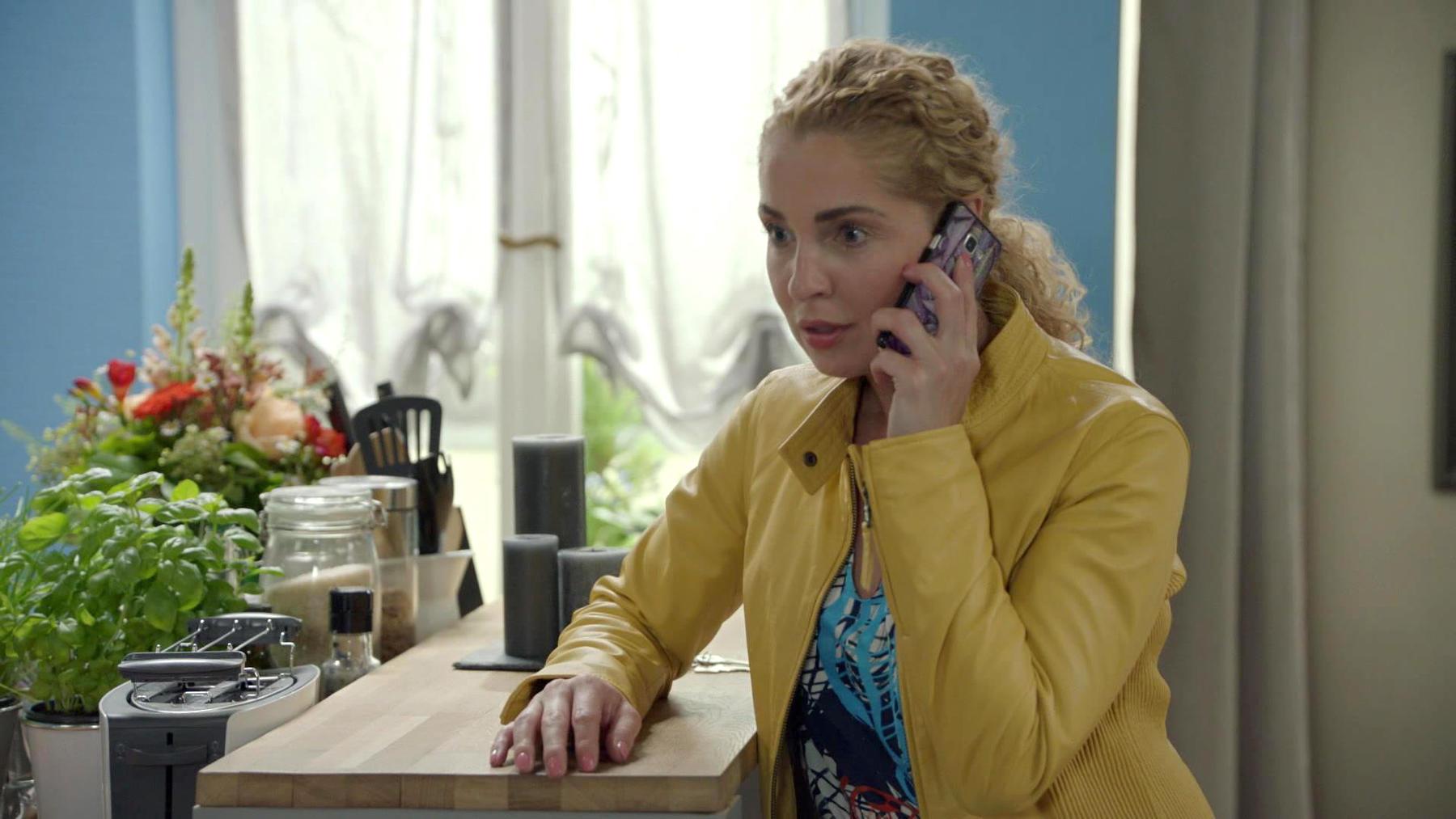 Am Telefon sprechen sich Leon und Nina miteinander aus